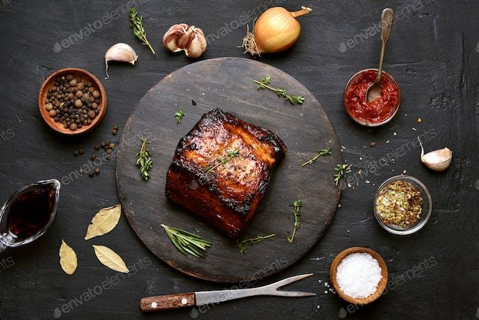 Gegrilltes Fleisch und Zutaten