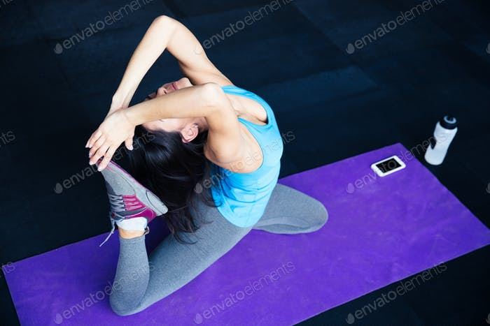 Junge Frau Stretching im Fitnessstudio