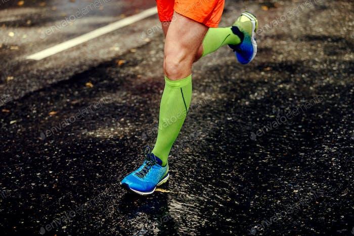 Füße Sportler Mann in Kompressionssocken