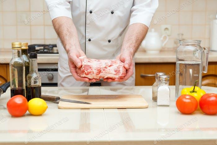Mann s Hände halten Rindfleisch Stück, selektive Fokus