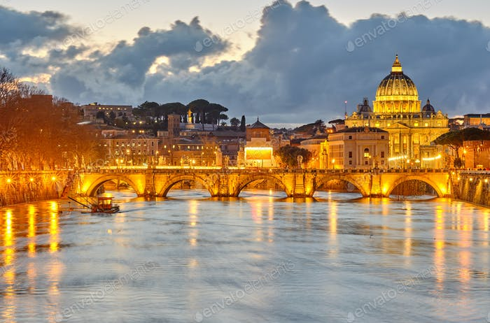 Petersdom und Tiber am Abend in Rom