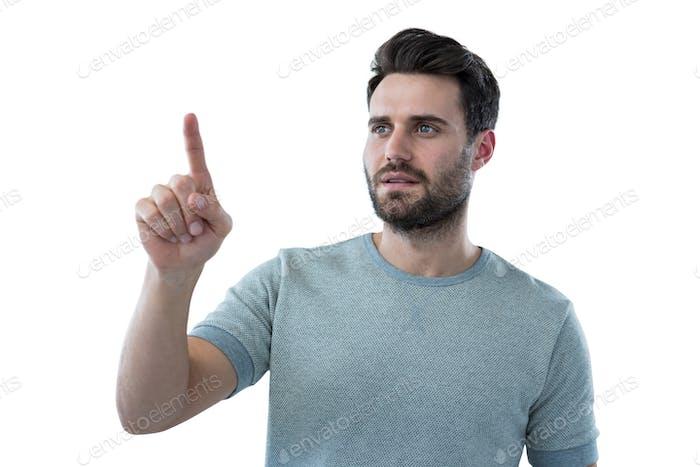 Mann, der vorgibt, einen unsichtbaren Bildschirm zu berühren