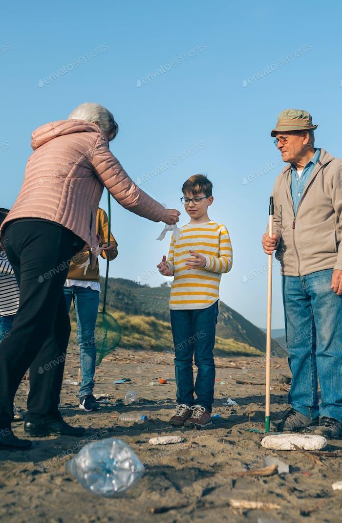 Voluntarios que se preparan para limpiar la playa
