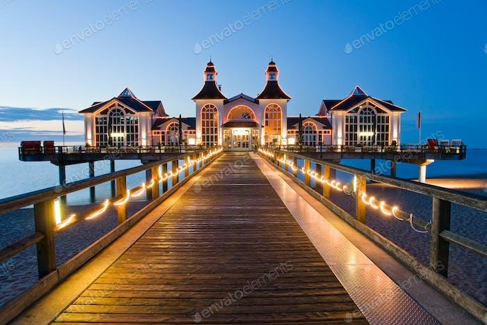 Pier mit Restaurant in Sellin, Ostsee, Deutschland