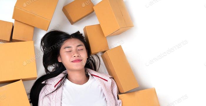glückliche Frau mit Paketbox