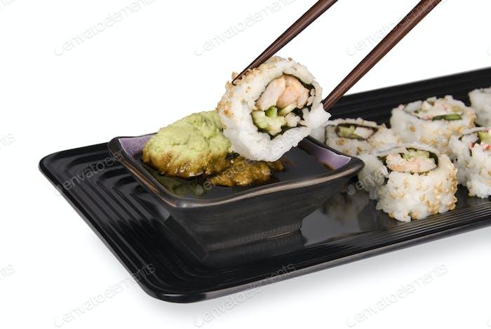 Sushi-Rolle und Stäbchen