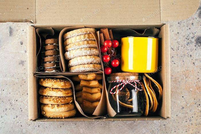 Weihnachtsplätzchen-Geschenkbox Shortbread-Plätz Pflege-Paket-Konzept. Mutter- oder Vatertag