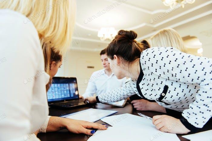 Gruppe von Studenten, die mit einem Laptop studieren
