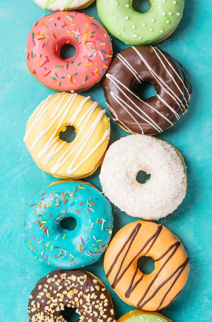 Donuts auf blauem Hintergrund, Draufsicht