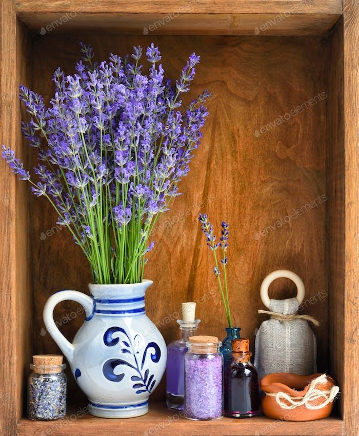 Naturkosmetik mit Blüten von Lavendel auf hölzernem Hintergrund