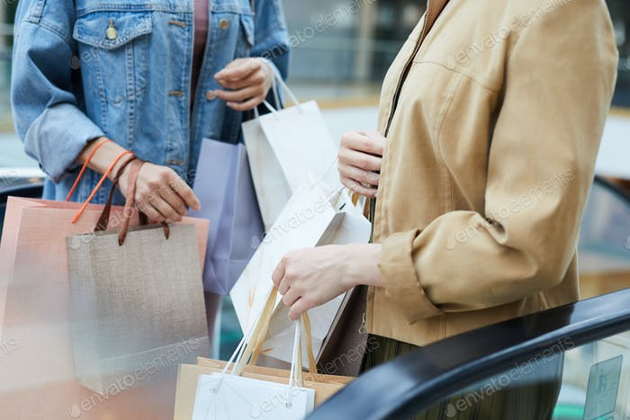 Frauen mit vielen Einkaufstaschen