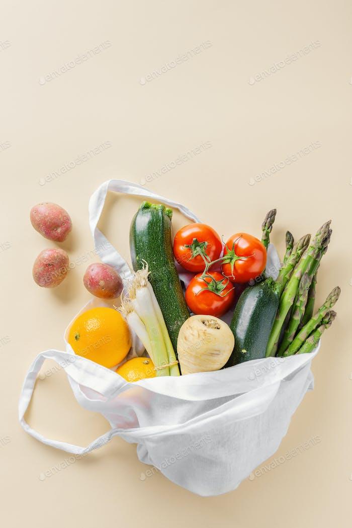 Verschiedene Gemüse in Textilbeutel auf beige