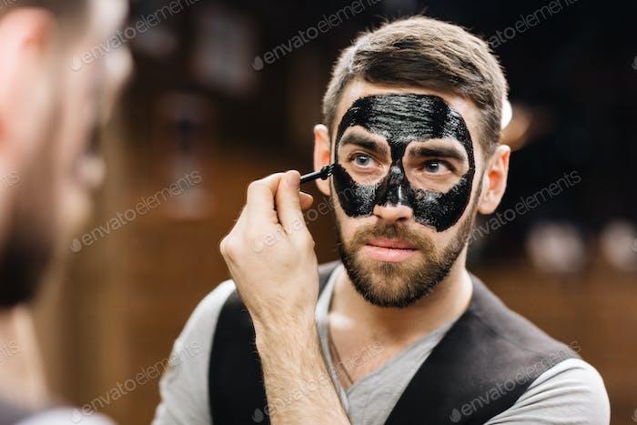 Anwenden von Peel-Off-Maske