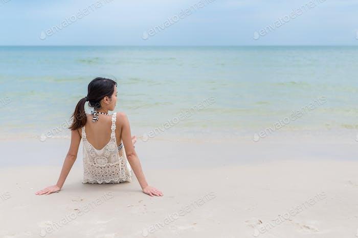 Asiatische Frau entspannt am Sandstrand