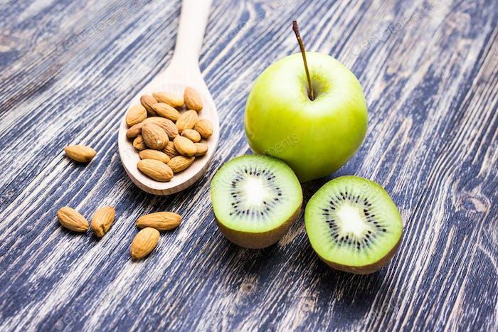 Gesundes Essen und Lebensstil auf einem hölzernen Hintergrund
