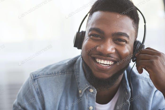Porträt von lächelnden schwarzen Call-Center-Betreiber im Headset