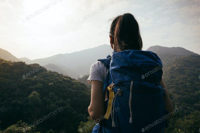 Caminante con mochila en la Naturaleza