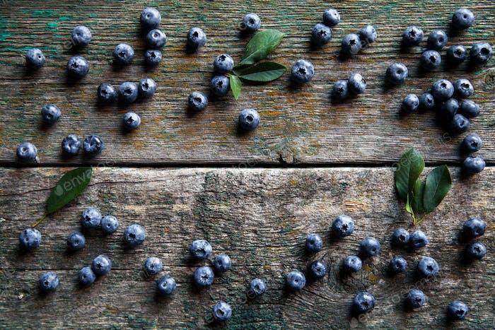 Heidelbeeren auf Vintage-Holzhintergrund Draufsicht, gesundes Essen auf dunklem Tisch Mockup, Beere