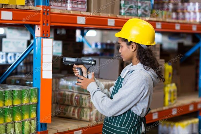Arbeiterin mit Barcode-Scanner
