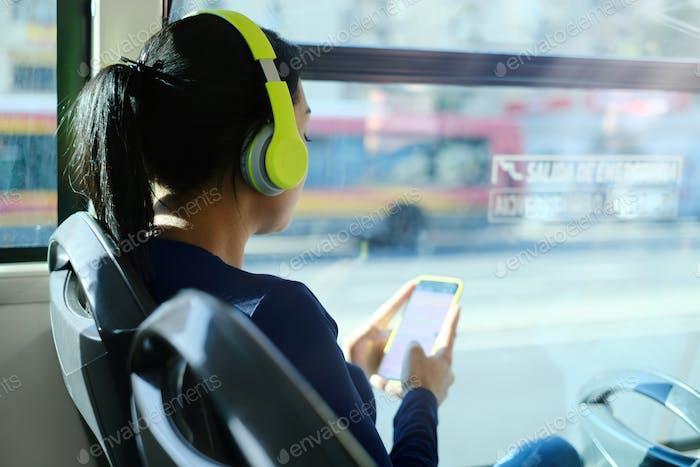 Женщина коммутирующий на автобус