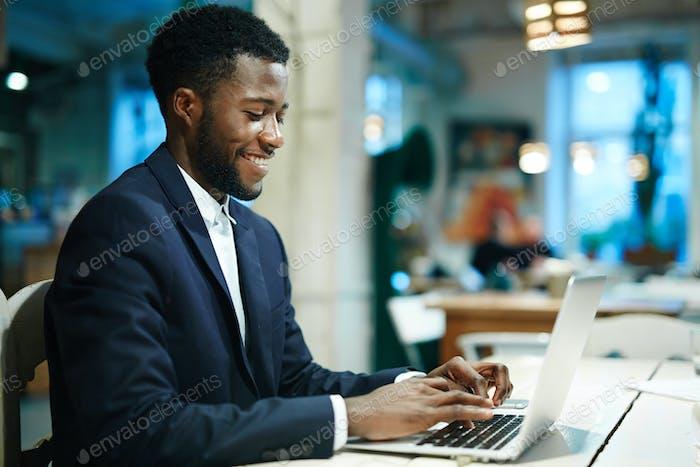 Empleado trabajando en línea