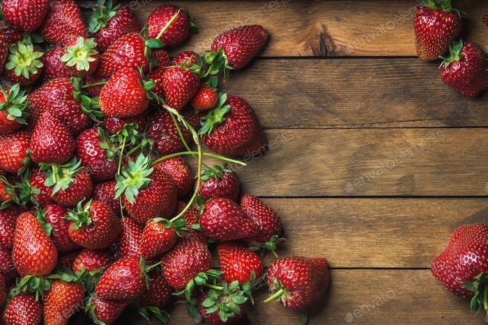 Erdbeeren über natürlichem Holzhintergrund