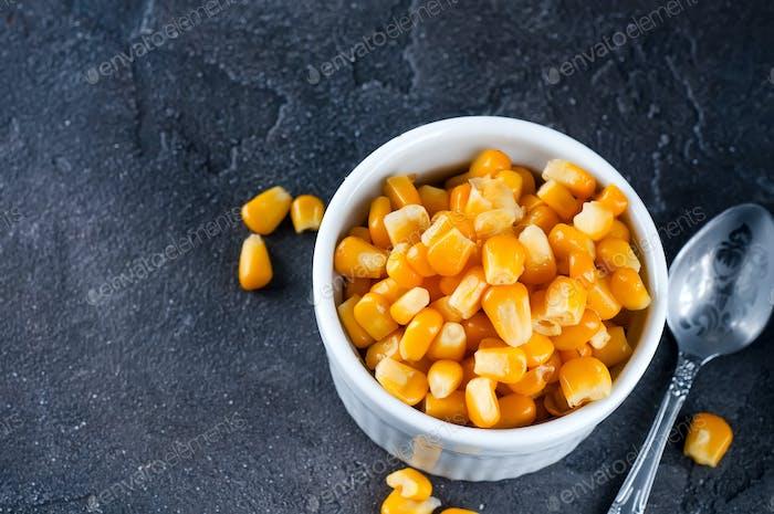 Gekochte Maiskörner in weißen Tassen