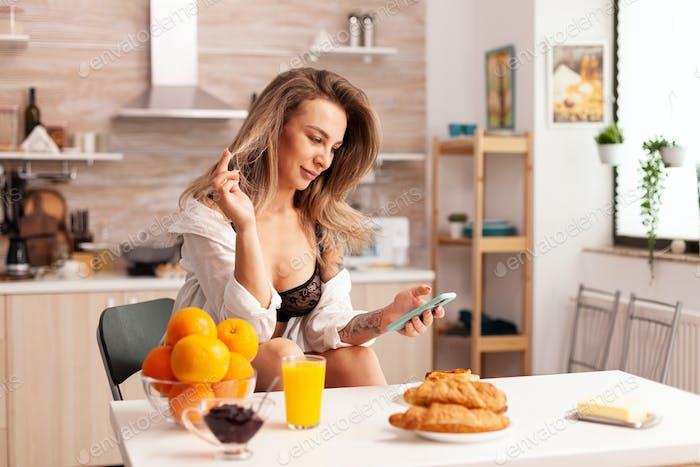 Счастливая женщина прокрутка по телефону