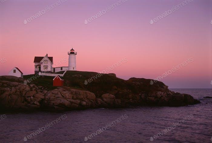 Мыс Неддик и Nubble Lighthouse, на мысе побережья Мэна на закате.