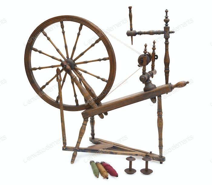 Antikes Spinnrad mit Spulen isoliert auf weißem Hintergrund