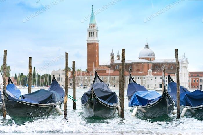 Gondeln am Markusplatz mit Kirche San Giorgio di Maggiore in Venedig, Italien