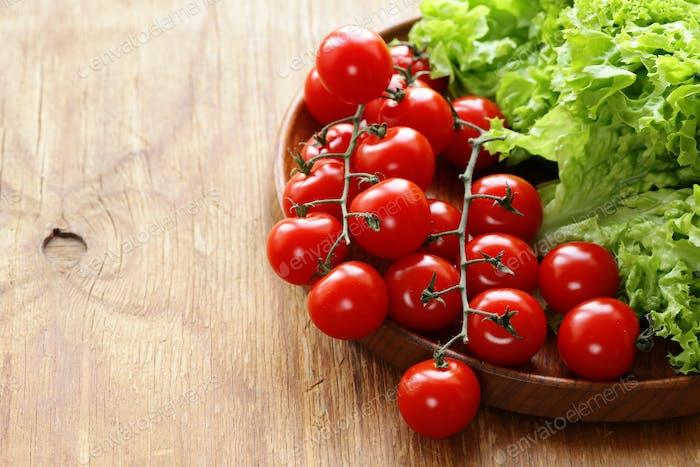 Salatblätter und Tomaten