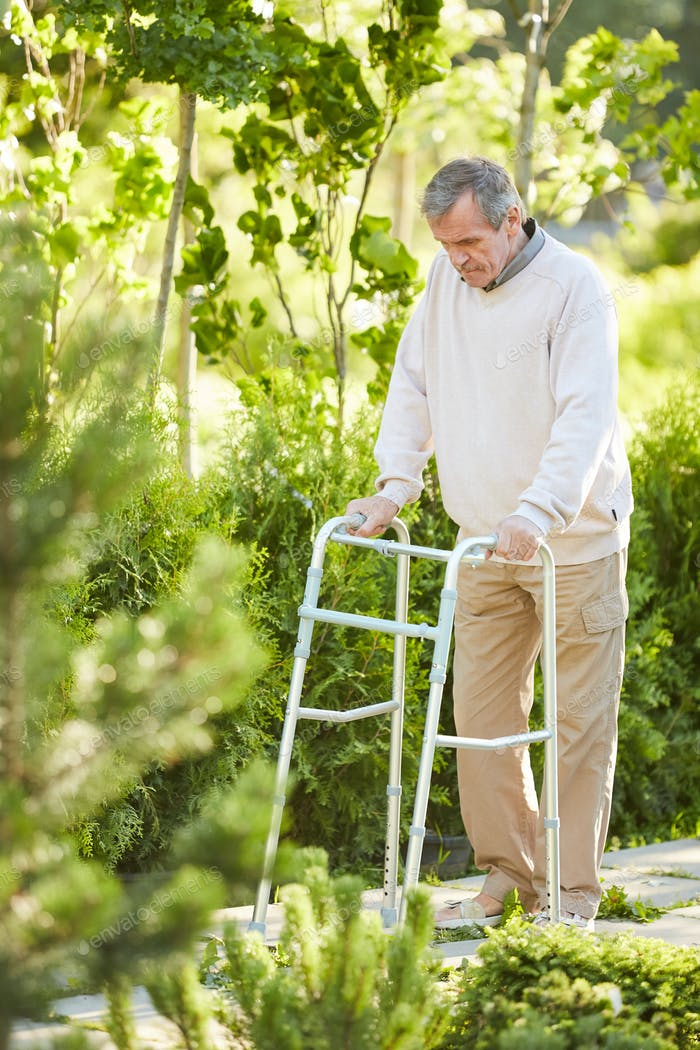 Recuperando Hombre Senior Uso Walker
