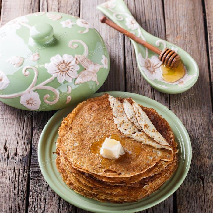 Pfannkuchen mit Butter und Honig.