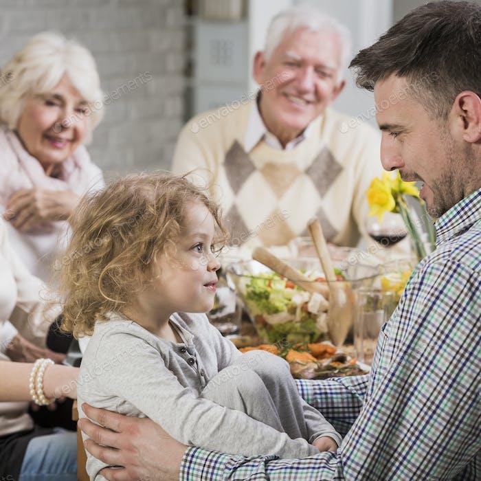 Glückliche Familie feiert Vatertag