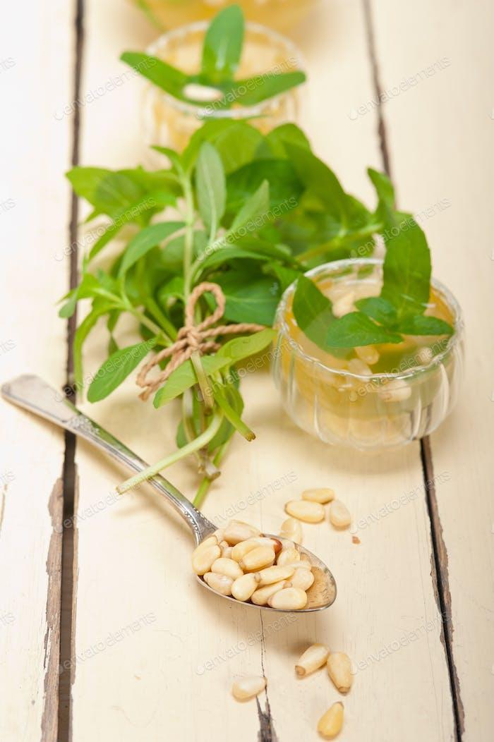 Arabische traditionelle Minze und Pinienkerne Tee