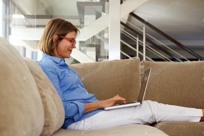 Geschäftsfrau arbeiten von zu Hause mit Laptop