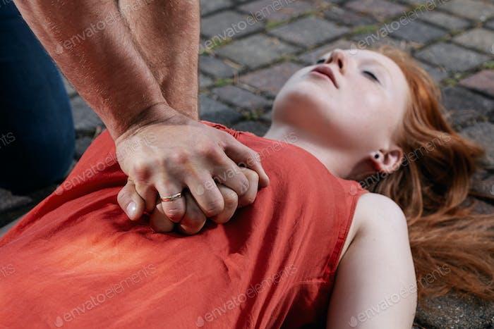 Sofortige Hilfe für Frauen, die an schweren Verletzungen auf der Straße leiden