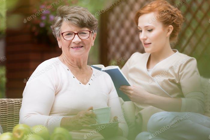 Nahaufnahme einer glücklichen Seniorin und einer jungen Profis nu