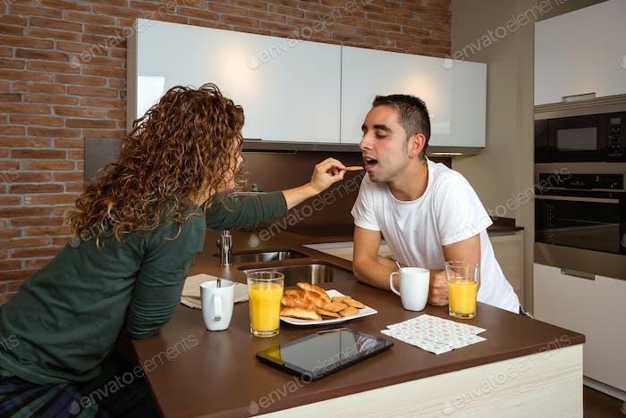 Pareja divertirse mientras desayunaba