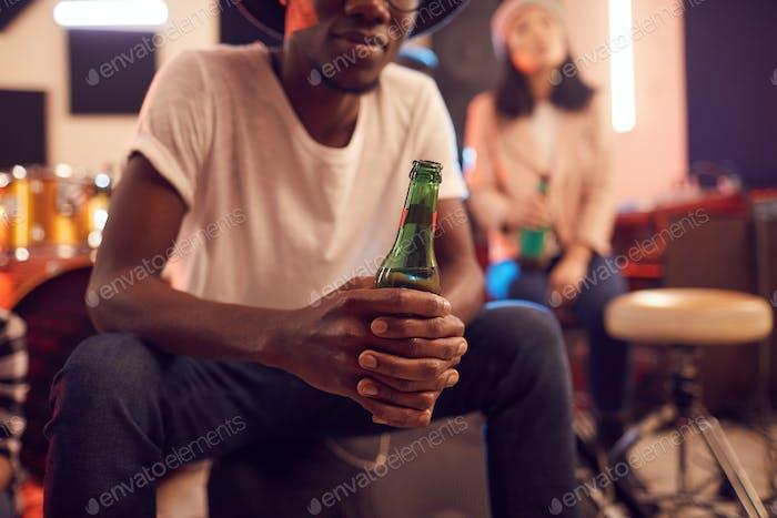 African Man hält Bierflasche