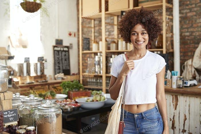 Porträt der Frau Einkaufen in nachhaltige Kunststoff Free Lebensmittelgeschäft