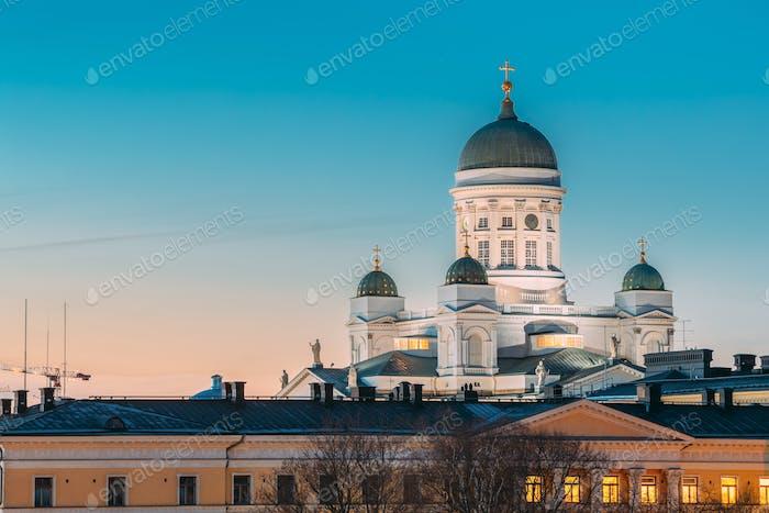 Helsinki, Finnland. Nacht Abend Blick auf die Kathedrale von Helsinki. Berühmte Wahrzeichen In Blue Hour