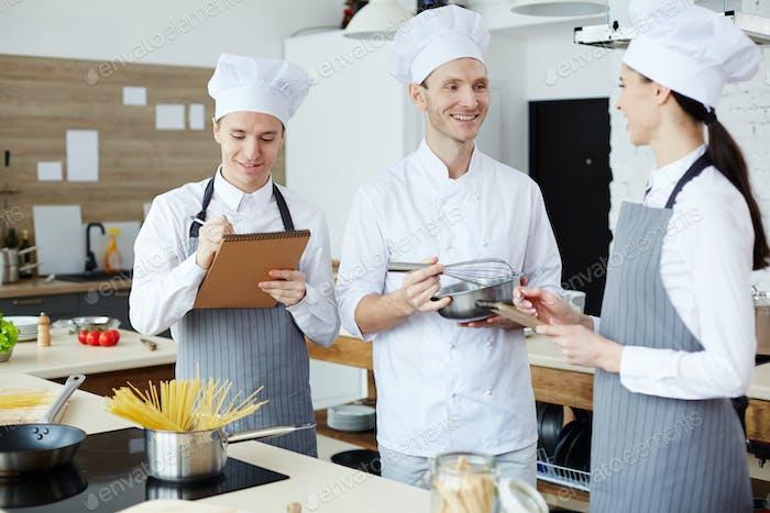 Fröhlicher Koch zeigt, wie man kocht