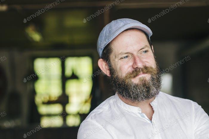 Retrato de hombre barbudo usando gorra