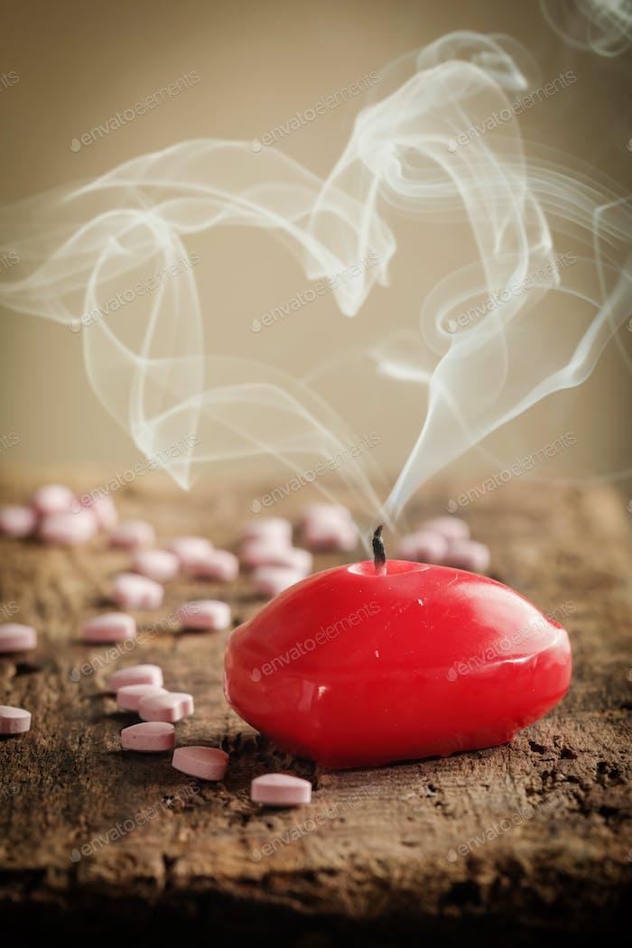 Rote herzförmige Kerze