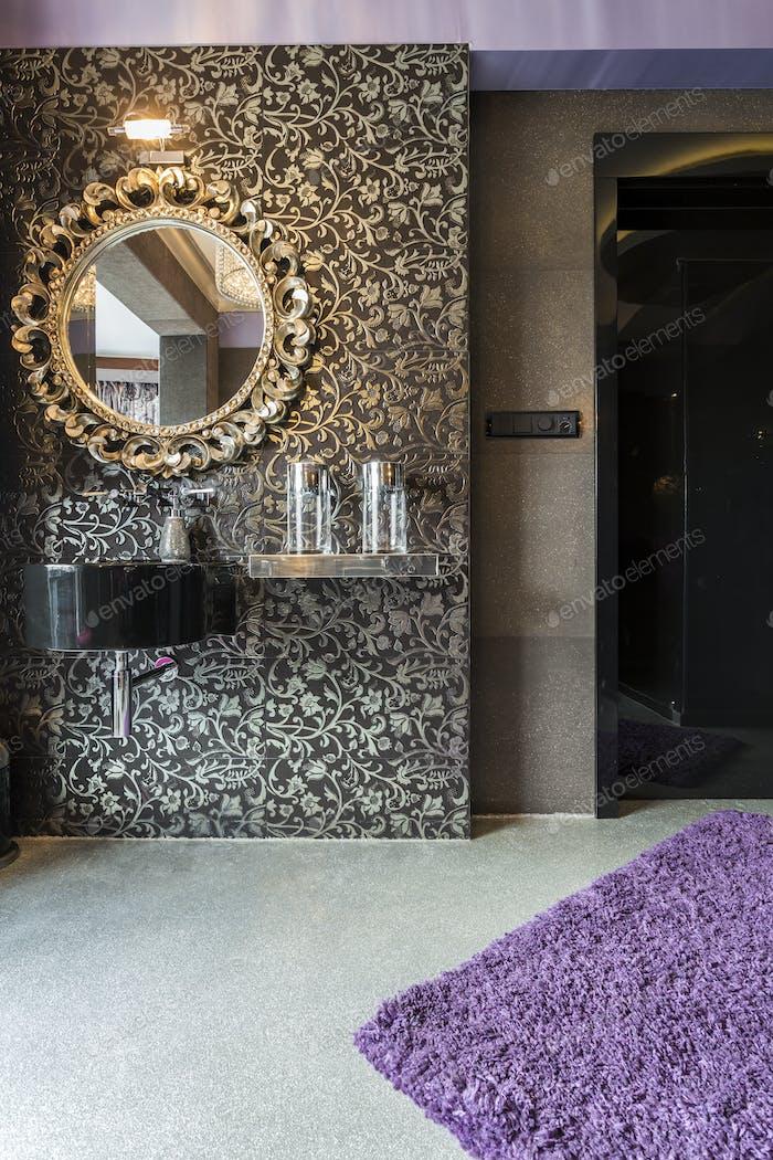 Glamouröses Zimmer mit Spiegel an silberner Wand