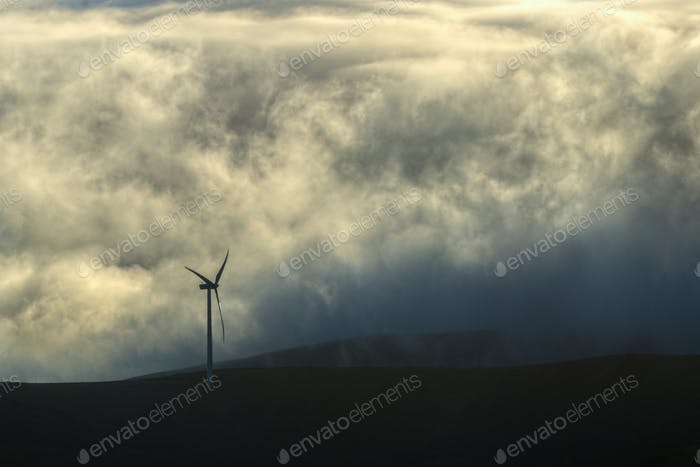 Windkraftanlage im Nebel