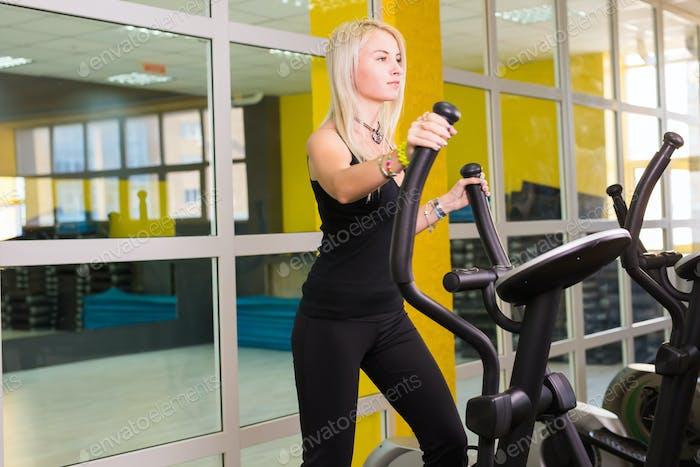Cardio-Training im Fitness-Studio von schönen weiblichen