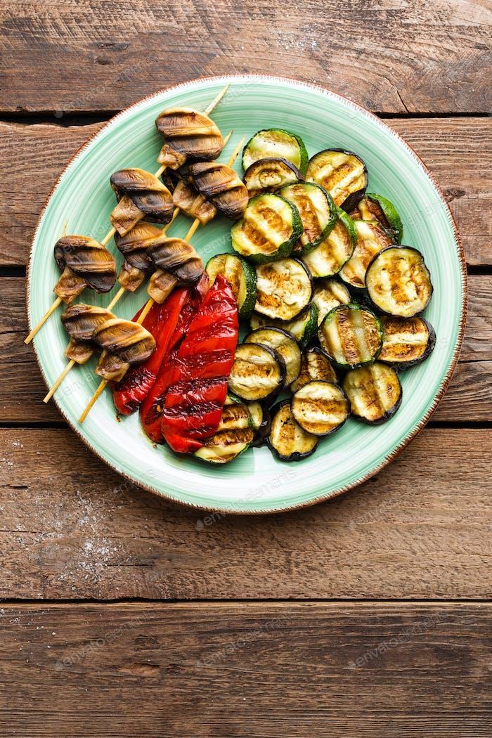 Gegrilltes Gemüse und Pilze. Gegrillte Zucchini, Auberginen, Paprika und Pilze auf dem Teller